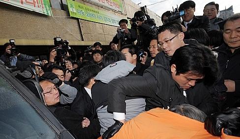 김민석, 檢 구속영장집행 시도 민주당원 저지 또 `무산'