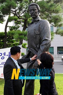`100년만의 귀국' 안중근 동상, 국회서 잠시 `휴식'