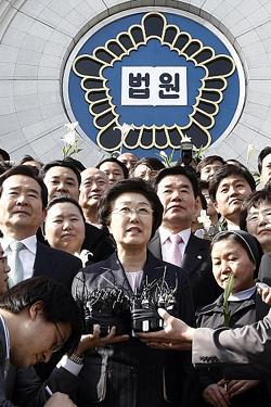 한명숙 전 총리, 무죄 판결 후 오세훈 서울시장 앞서