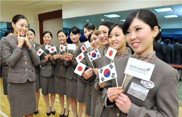 日 여성 11명, 아시아나항공서 승무원 교육 체험