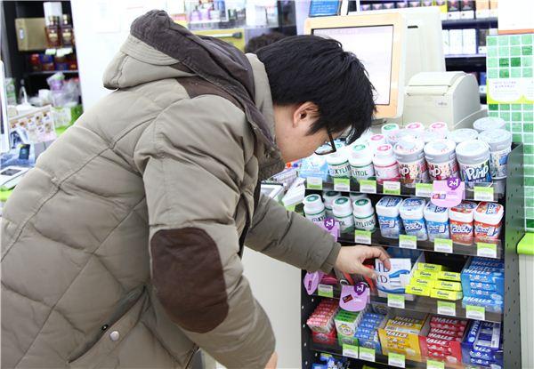 """편의점, 껌·사탕 판매량 급증 """"새해 금연 결심 덕봤네"""""""