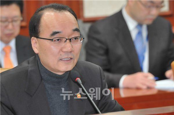 """박재완 장관, """"대형마트 영업규제 낮은 정책이다"""""""