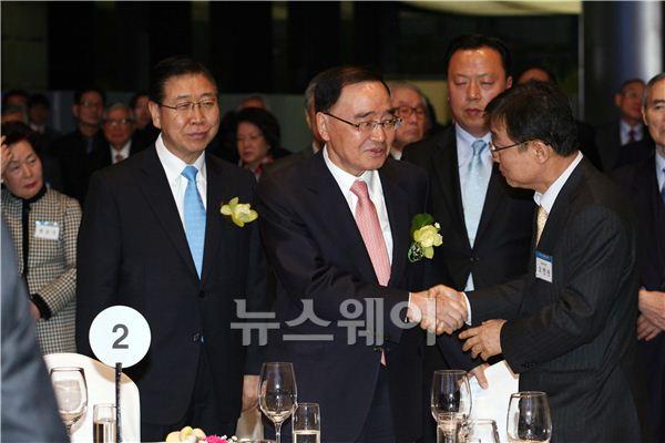 악수하는 신임 정홍원 총리