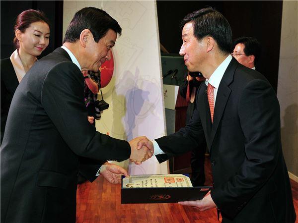 이동수 한국화이자제약 사장, 보건의 날 기념 대통령 표창