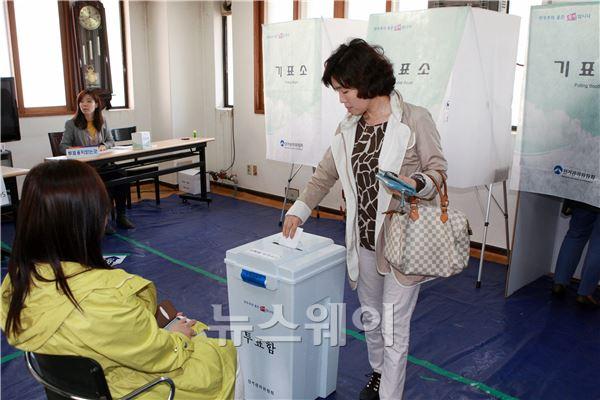"""""""4.25 재보궐 선거"""" 투표 시작"""