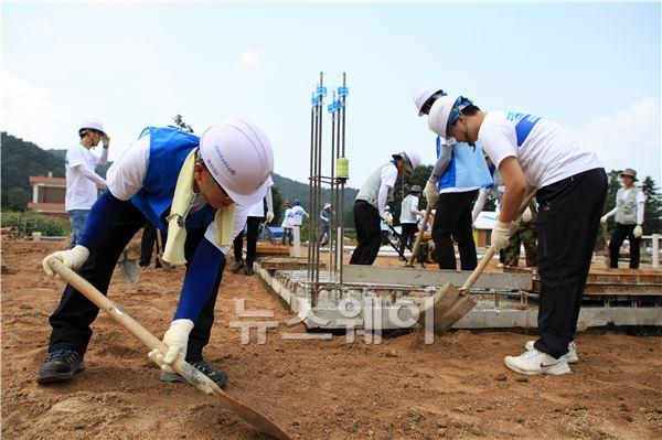 한창 작업에 열중한 씨티은행 임직원들