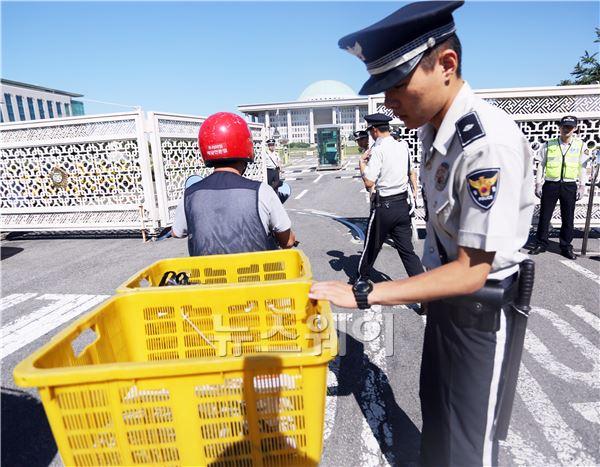 국회 출입하는 오토바이 검문검색하는 경찰