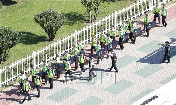 국회 앞 강화된 경찰의 경계근무