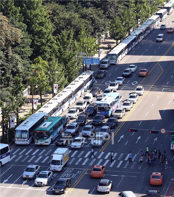 경찰버스가 가득한 국회 앞의 모습