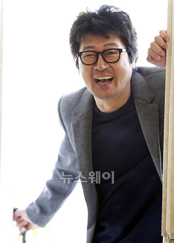 카멜레온 같은 배우 김윤석의 웃음