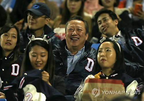 야구 경기 관람하는 박용만 두산그룹 회장