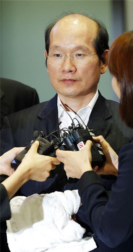 수갑차고 송환된 'SK사건' 핵심증인 김원홍