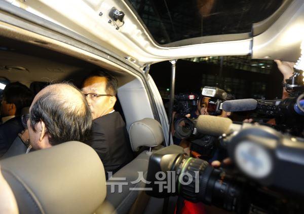 인천공항을 빠져 나가는 'SK 비자금 사건' 핵심인물 김원홍