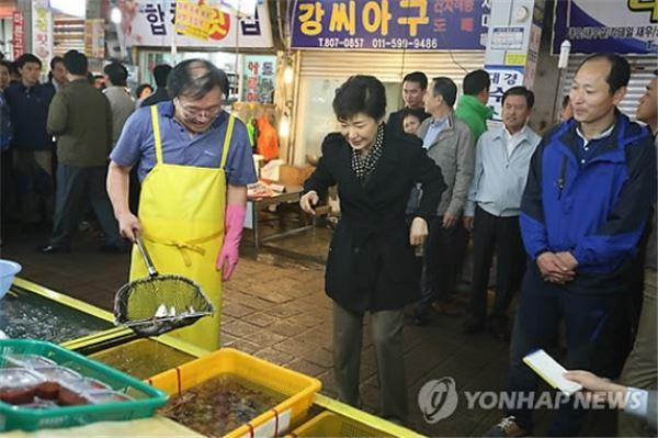 부산 수산물 시장 상인과 대화하는 박근혜 대통령