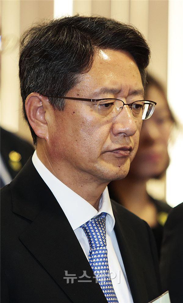생각에 잠긴 정진석 동양증권 사장