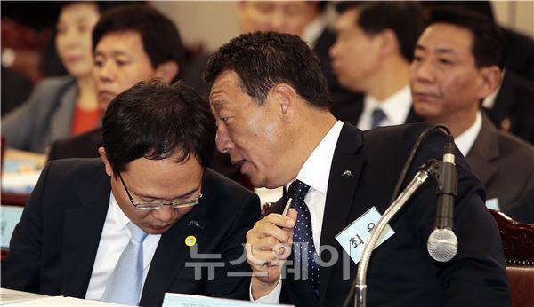 """최윤 아프로파이낸셜 회장,""""속닥 속닥"""""""