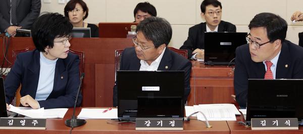 토론중인 정무위 소속 의원들