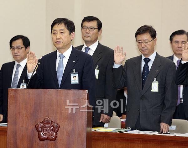 증인 선서하는 김주현 예금보험공사 사장