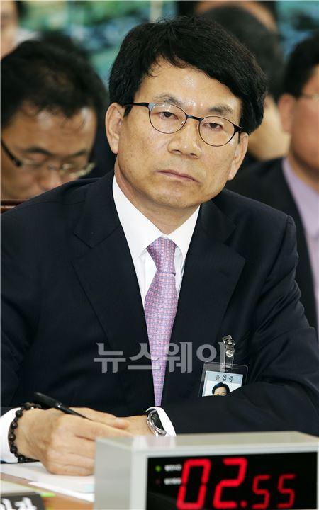 질의 경청하는 권진봉 한국감정원장