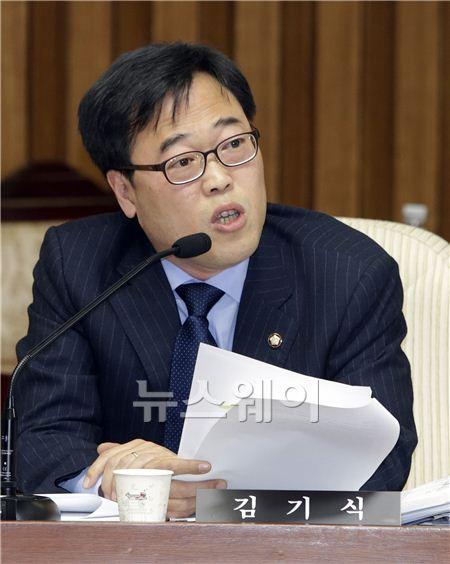 """김기식 의원 """"서류 준비 제대로 못 합니까?"""""""