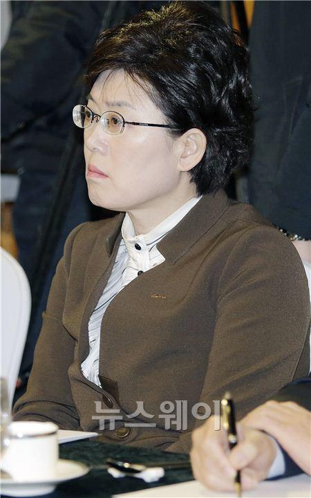 현오석 부총리 발언 경청하는 최연혜 코레일 사장