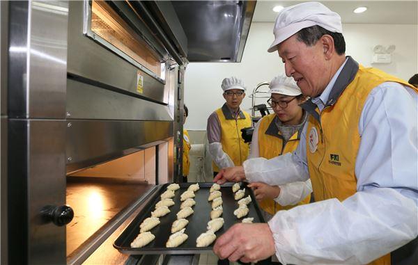 '사랑의 빵' 굽는 허창수 전경련 회장
