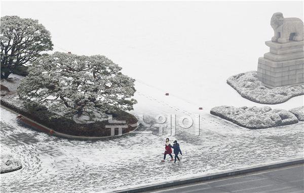 눈 쌓인 국회의사당 걷는 시민들