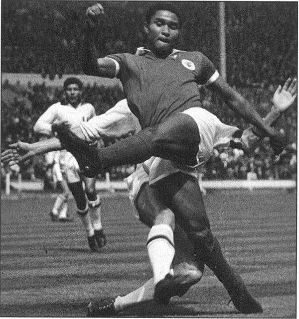 '1960년대 축구 스타' 에우제비오, 심장마비로 사망
