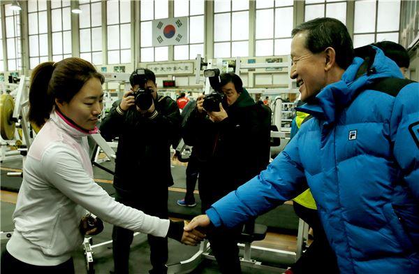 '빙상여제' 이상화 격려하는 허창수 전경련 회장