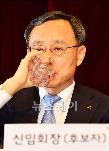 물 마시는 황창규 KT 신임 회장