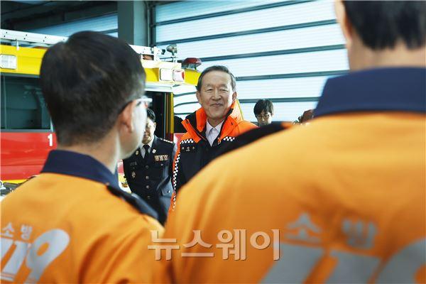 소방공무원들 격려하는 허창수 회장
