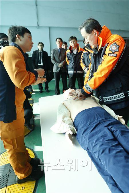 손수 응급처치 시범을 보이는 허창수 회장