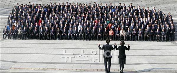 '의원님들~ 사진 촬영은 이렇게 하세요!'