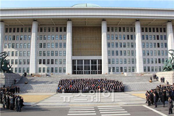 19대 현역 의원들, 국회 본청 앞에서 기념사진 촬영