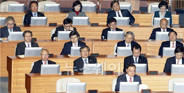 황우여 대표 연설 경청하는 총리와 각 부처장관