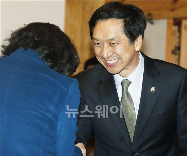 악수하는 김기현-김현숙 의원
