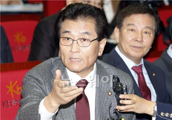 [NW포토]KB국민카드 현장조사에서 질의하는 신동우 의원