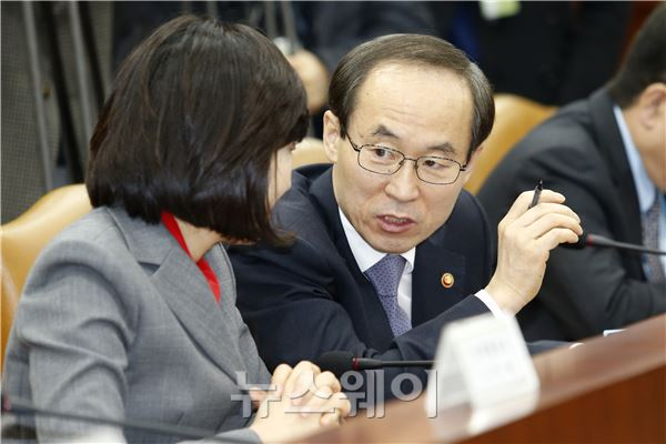대화 나누는 조윤선 장관과 윤성규 장관
