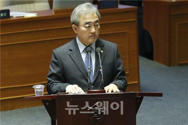 굳은 표정의 유진룡 장관