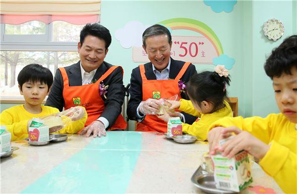 아이들 간식 나눠주는 허창수 전경련 회장