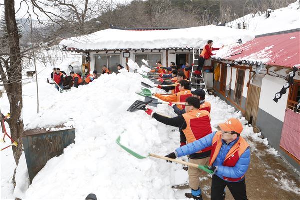폭설피해 영동지역서 제설작업 펼치는 SK 자원봉사단
