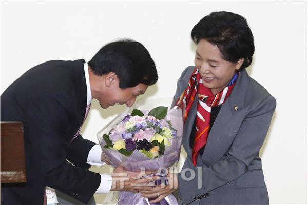 김기현 의원에게 꽃다발 전달하는 류지영 의원