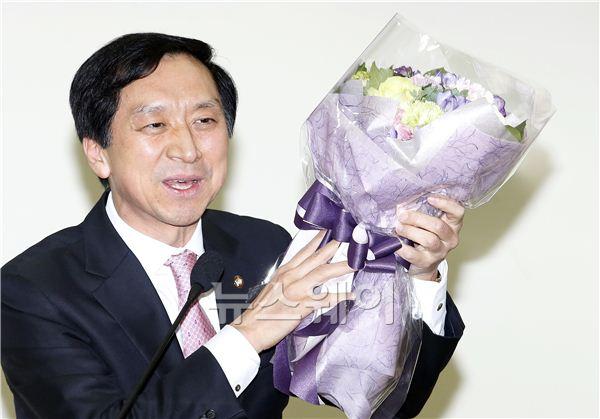 꽃을 든 김기현 의원