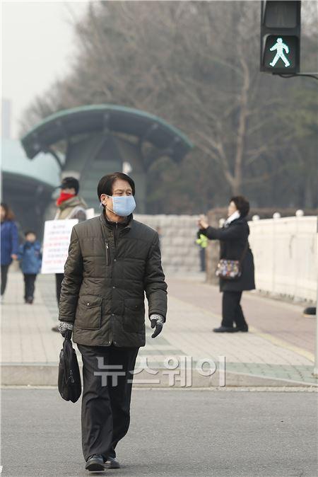 마스크 착용한 채 외출한 시민