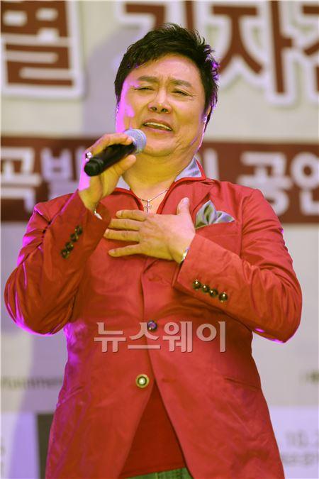 세월을 잊은 가수 '남진'