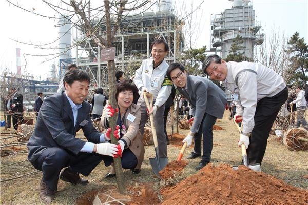 삼성토탈, '우리공장 푸르게' 식목행사 개최