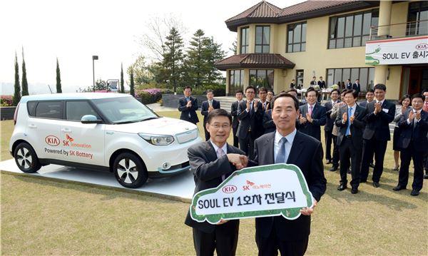 기아차, 쏘울 EV 1호차 '업무 파트너' SK이노베이션에 전달