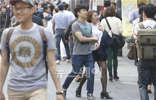 때이른 기온 상승에 가벼워진 시민들 옷차림