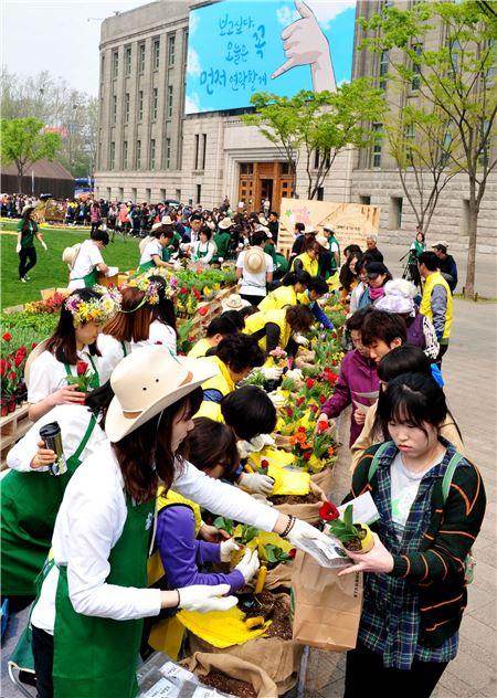 스타벅스, '2014 서울, 꽃으로 피다' 환경캠페인 실시