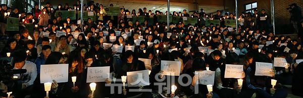 """단원고, 500여명이 모인 """"촛불 집회"""" 열려"""